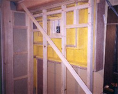 壁:既存壁解体補強のうえ防音壁施工