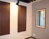 壁部:拡散パネルにて管楽器の強烈な反射音を調整。隣壁側には吸音パネル設置。