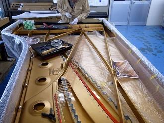 フルコンは長いので大変!弦のねじれが無いように慎重に作業します
