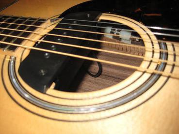 河原のギターはマグを外せるように中継できる配線にしています。