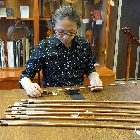 重心や全体の重さを図り、より日本人に合った弓を選定します