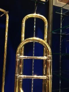 オープンラップのF管巻きは、軽めの吹奏感で吹きやすく吹奏楽に今人気。島村楽器横浜みなとみらい店