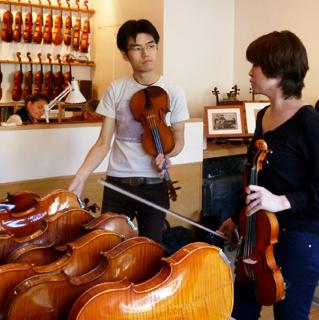 店長石井も買い付けに参加したことも。お客様のニーズを元に、顔を見ながらひとつひとつ買い付け 島村楽器横浜みなとみらい店