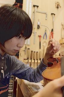 弦楽器リペア担当 高田明(たかだ めい)