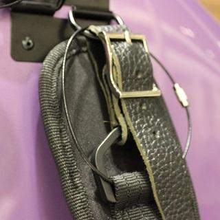 ヒューメビアンカ チェロケース 万一に備えた安全ワイヤー付きのストラップ