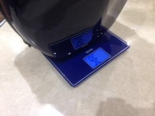 個体差のあるカーボンマックチェロケース タニタの体重計で重さが測れます みなとみらい店