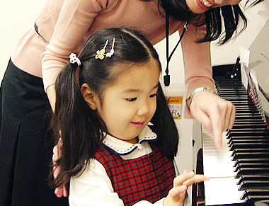 ピアノを使って鍵盤楽器の導入レッスンもございます