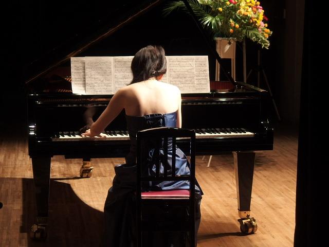 ピアノインストラクター山本によるピアノ演奏