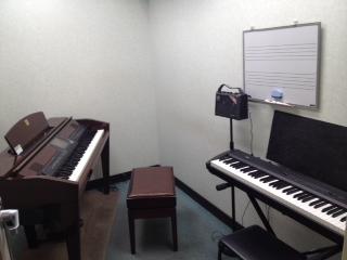 こちらがピアノサロンのレッスン室です。ピアノはCVP509PMを使用しソロ演奏、リズムセッション、ピアノ弾き語り、2台ピアノ演奏と幅広く楽しむことができます。