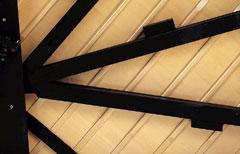 力強く芯のある音を響かせるために。楽器の土台となる奥框の厚みを強化。