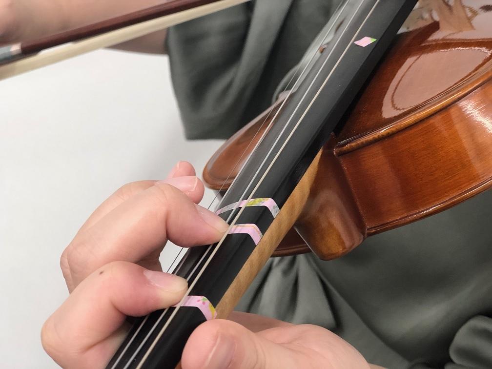 バイオリンの練習をするようす