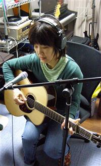ギターを弾く中道さん。素敵です!!
