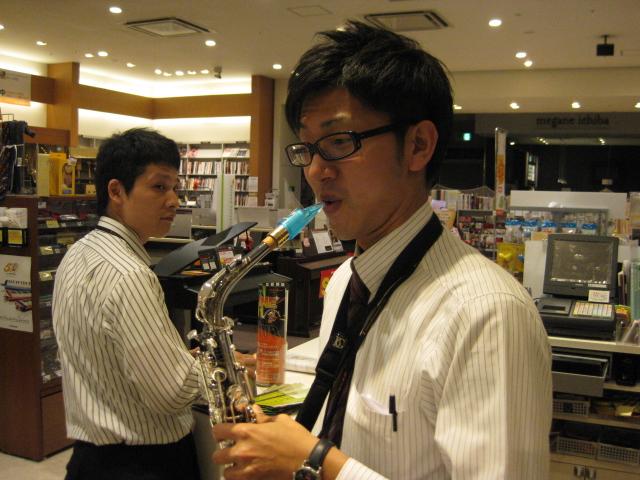 黒メガネ西本を冷たい目で見る店長・・・。