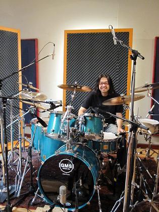 新井田さん使用のGMSドラムと一緒に撮影