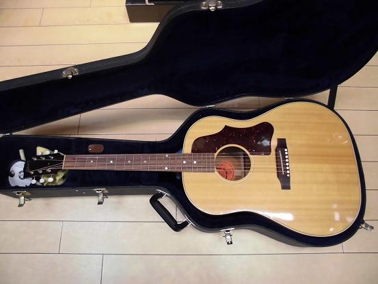 部屋の隅から引っ張り出したギター