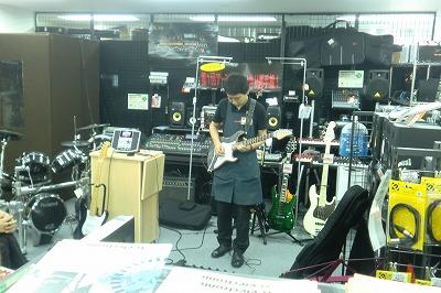 岩崎もギターで参加!