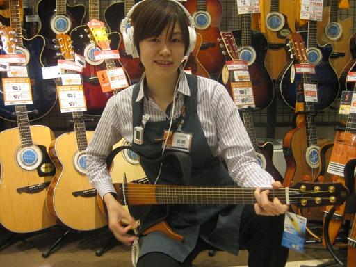 愛生さんがサイレントギターを弾いてるところ