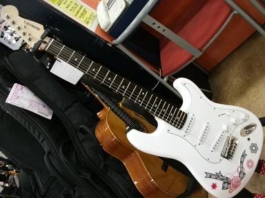 かわいいギターにメイクアップ