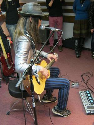 音音の12弦ギターを使用されています。