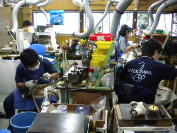 柳澤管楽器 多くの職人さんが働いています