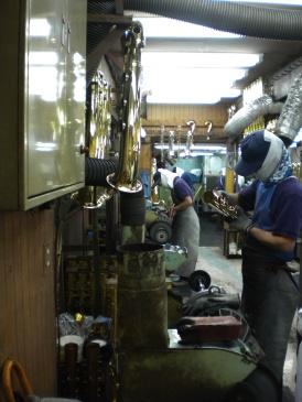 楽器の表面をピカピカに磨き上げるバフがけ作業