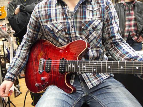 Sugi Guitars試奏中