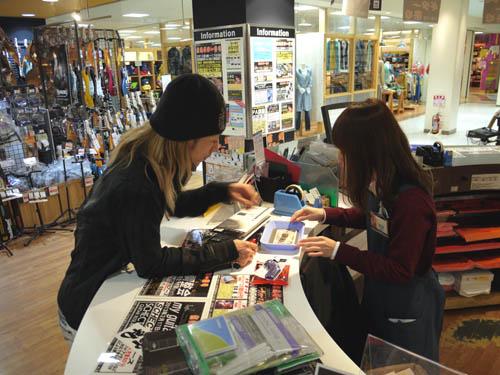 島村楽器松本店でお買い物するSyuさん