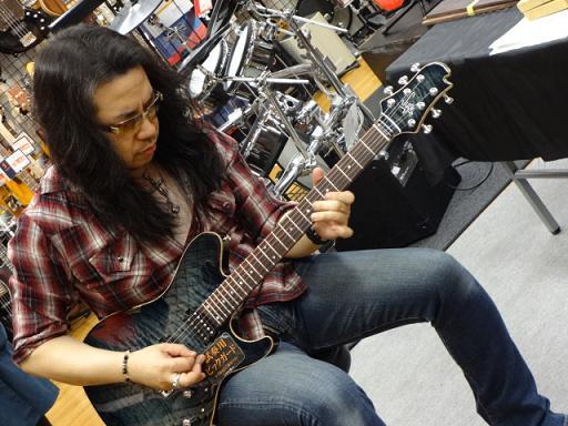 ケリー・サイモンさん島村楽器松本店にてギター担当太田オーダーのSugi Guitars/DS496C 24F 319 EM/ATを試奏。