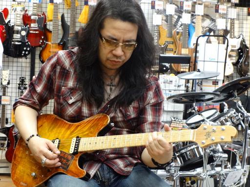ケリー・サイモンさん島村楽器松本店にて店長花井オーダーのSugi Guitars/DH496M EM/AT AT-MAHO 2Pを試奏。