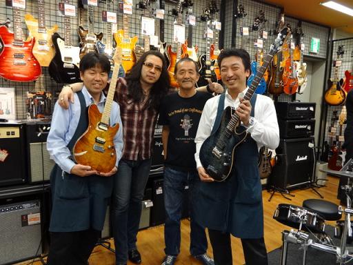 ケリーさん、Sugi Guitarsの杉本さん、店長花井、ギター担当太田で記念撮影