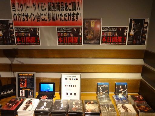 ケリーさんのCD・DVDの物販コーナー。