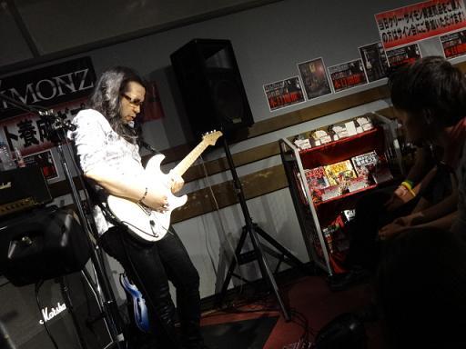 ケリー・サイモンさんセミナー島村楽器松本店にて。参加者も見入ってます。