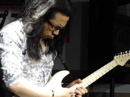 ケリー・サイモンさんセミナー島村楽器松本店にて。フジゲンギターで超絶演奏。