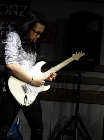 ケリー・サイモンさんセミナー島村楽器松本店にて。ボリューム奏法すばらしい音色です。
