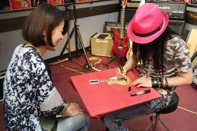 ギターうちわにサイン