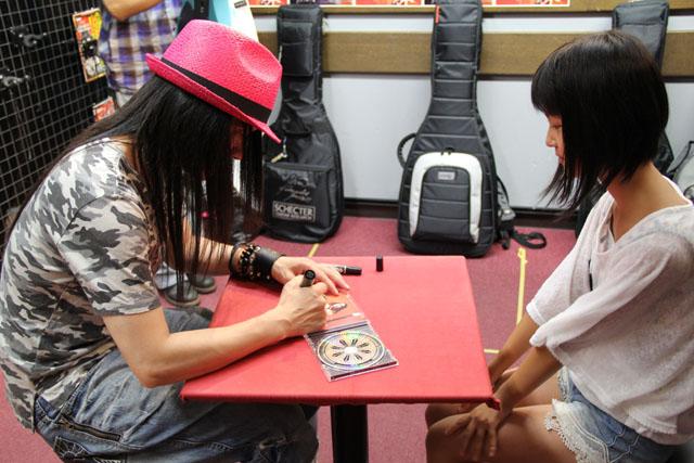 CDにサイン