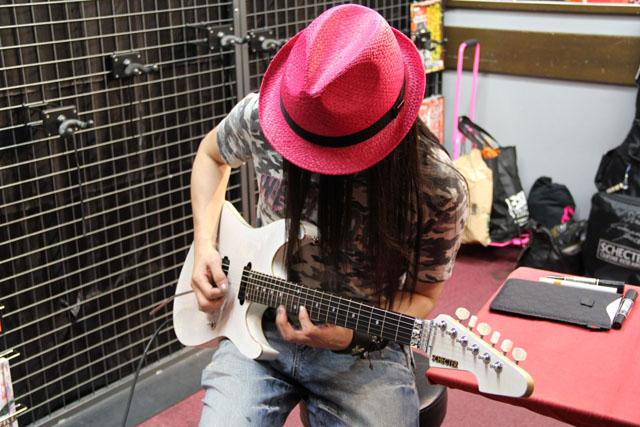 シェクターオーダーギター試奏中