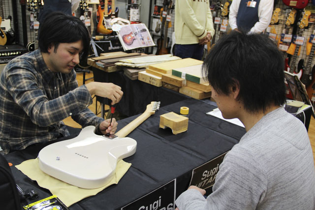 Sugi Guitarsスタッフさんによる調整会