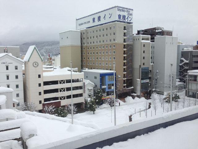 一面雪に覆われた松本市内
