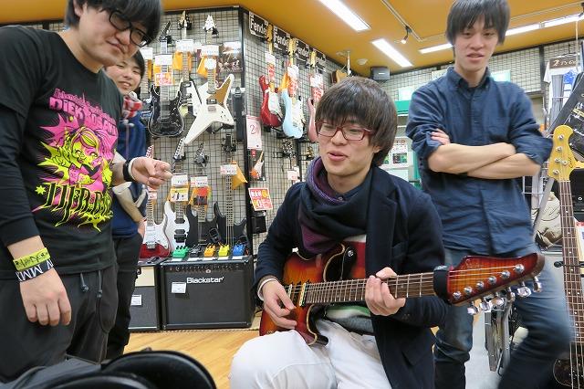 ニケさんもギターでAxeを試奏