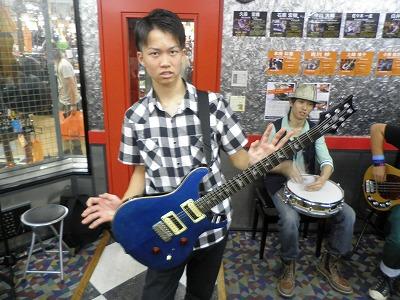 ひとつのギターを持ちまわしてました。