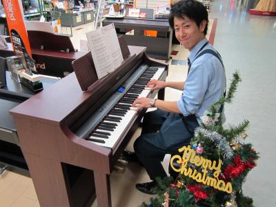 ピアノを弾く大西