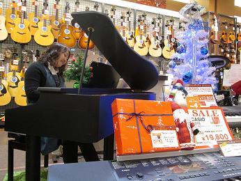 クリスマスムードにワクワクする宮本の様子