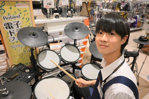 スタッフ写真ドラム加藤