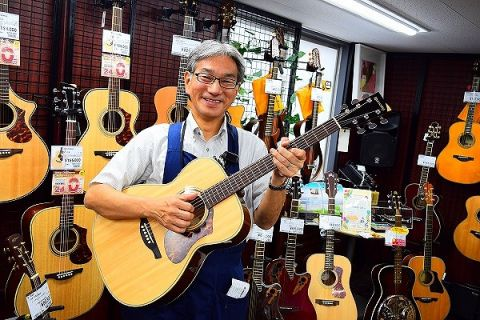 スタッフ写真アコースティックギター林