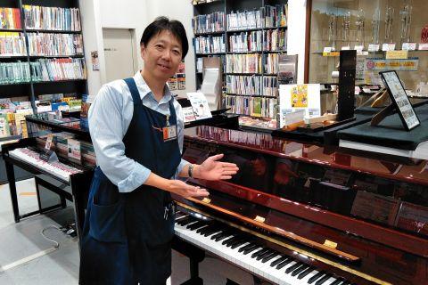 スタッフ写真副店長、ギターシニアアドバイザー、ピアノアドバイザー早川