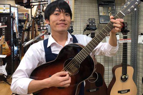 スタッフ写真アコースティックギター、ウクレレ担当前田