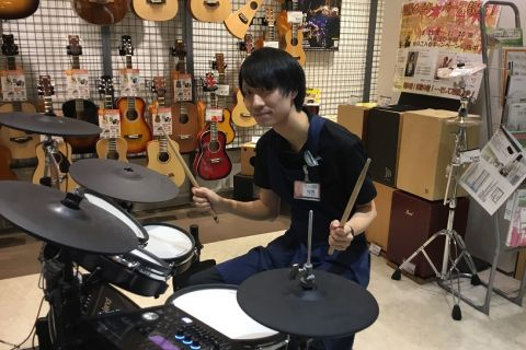 スタッフ写真副店長・ピアノ・防音室横内