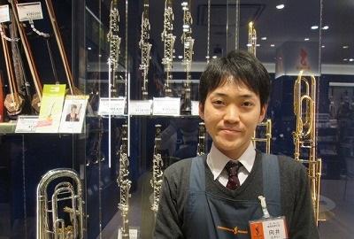 スタッフ写真副店長・管楽器・ピアノ・防音室担当向井