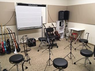 ギター等グループレッスンを行う広めのお部屋です